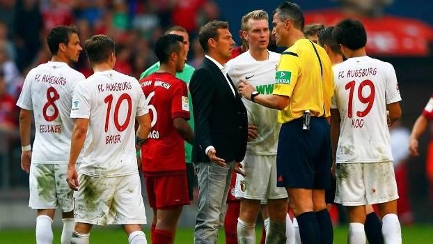 Técnico Markus Weinzierl protestou com o árbitro Knut Kircher