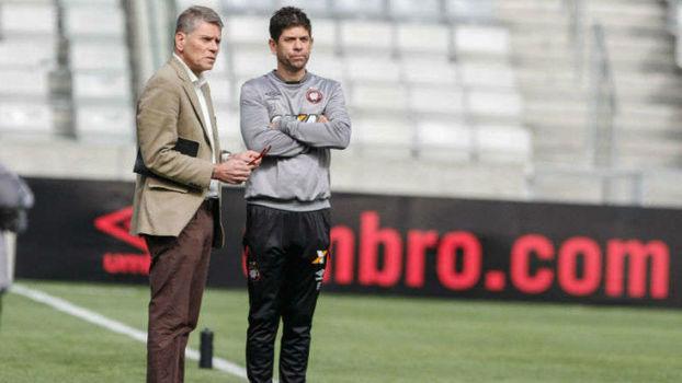 Autuori conversa com o treinador Fabiano Soares. Ambos deixam o Furacão no fim desta temporada