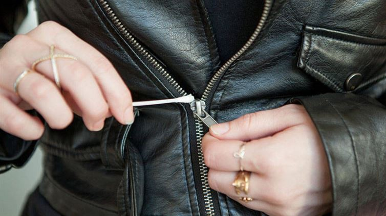 7. Ватная палочка и вазелин помогут справиться с заевшей молнией вазелин, применение, способ