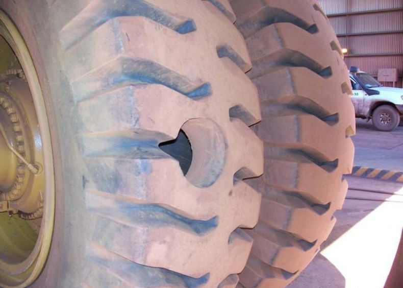 Как проколоть колесо у карьерного самосвала авто, белаз, колесо, прокол