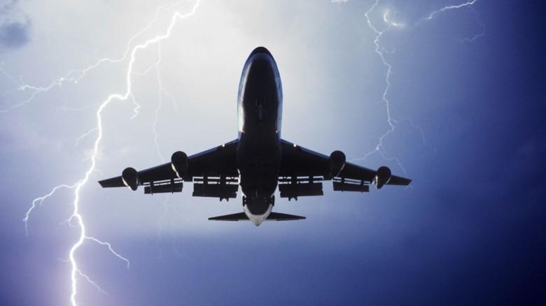3. В самолеты попадают молнии авиаперелет, самолет, факт