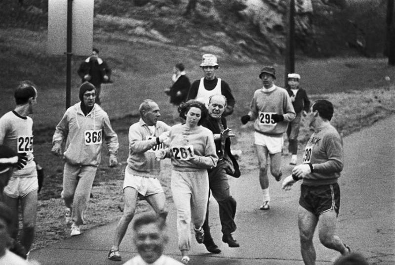Организаторы Бостонского марафона пытаются помешать Катрин Швитцер участвовать в нем в 1967 году. Она стала первой женщиной, пробежавшей марафон история, факты, фото