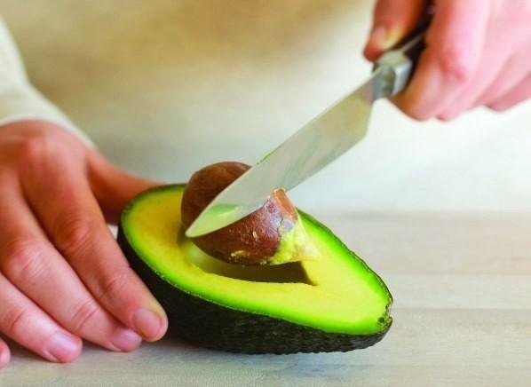 Вытаскиваем кость из авокадо без проблем домашние хитрости, еда, кухня, хозяйка