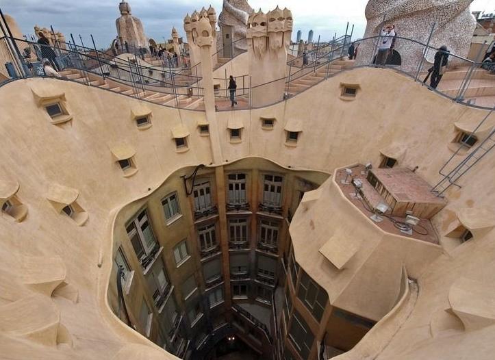В Каза Мила нет никаких углов в их классическом виде. архитектура, интересное, испания