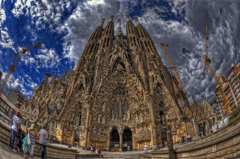 Собор Sagrada Familia, без сомнения  можно занести в список самых необычных зданий не только Испании, но и всего мира. архитектура, интересное, испания