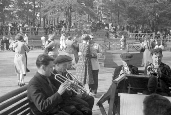 Безусловно, под живую музыку тоже танцевали, появлялись целые ансамбли, ВИА СССР, Советские люди, дискотека, история, танцы, фото