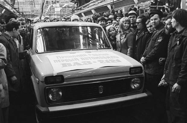 Первый автомобиль модели ВАЗ-2121 сходит с конвейера Волжского автомобильного завода, 1977 год.  история, события, фото