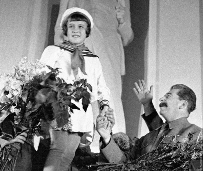 И весело, и страшно. Товарища Сталина приветствуют юные пионерки, 1935 история, события, фото