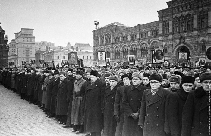 Сталин умер — кто-то плакал, кто-то радовался. Похороны вождя на Красной площади, 1953 | Фото: Петр Чернов история, события, фото