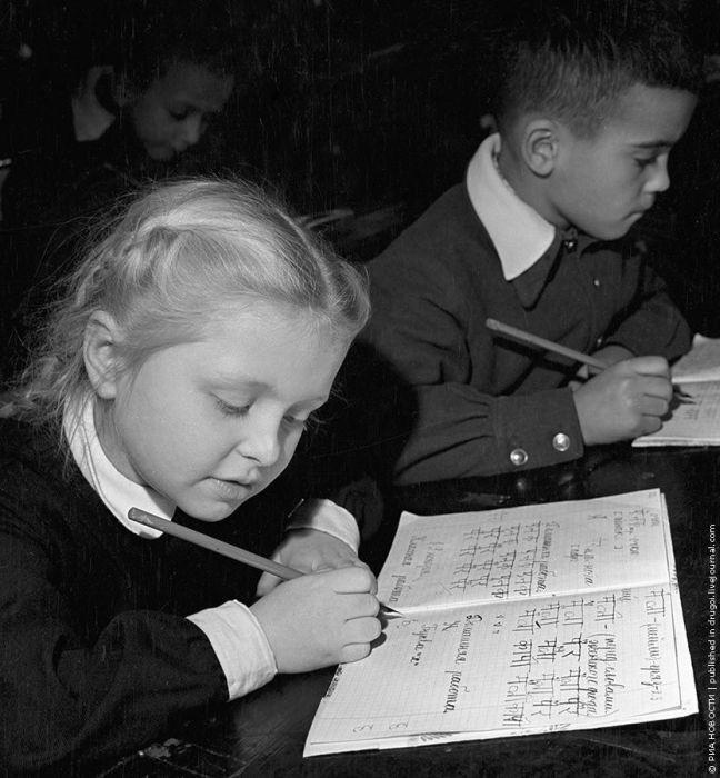 В архиве РИАН это подписано просто: «Ученики на уроке». Однако, если присмотреться, школьники делают письменное задание на хинди — в конце пятидесятых мы сильно дружили с Индией и, видимо, где-то даже начали учить детей языку дружественного государст история, события, фото