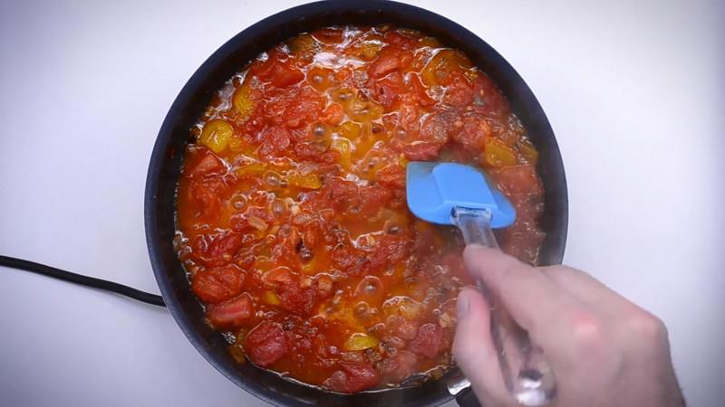 изредка помешивая, замечаем что влаги стало гораздо меньше кулинария, рецепт, шакшука, яичница