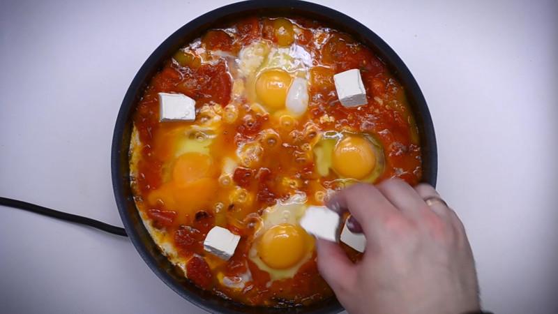 сыр добавляем к яичнице, яичницу отправляем в печь (духовку без конвекции) на 8 мин кулинария, рецепт, шакшука, яичница