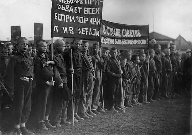 Бывшие беспризорники на параде, 1925 год беспризорники, гражданская война, дети, история, редкие снимки, россия, сироты, фото