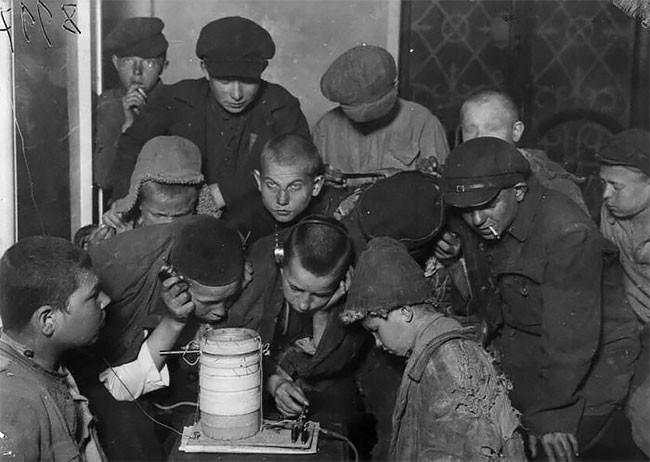 Беспризорники в приюте слушают радио. Москва, 1925 год беспризорники, гражданская война, дети, история, редкие снимки, россия, сироты, фото