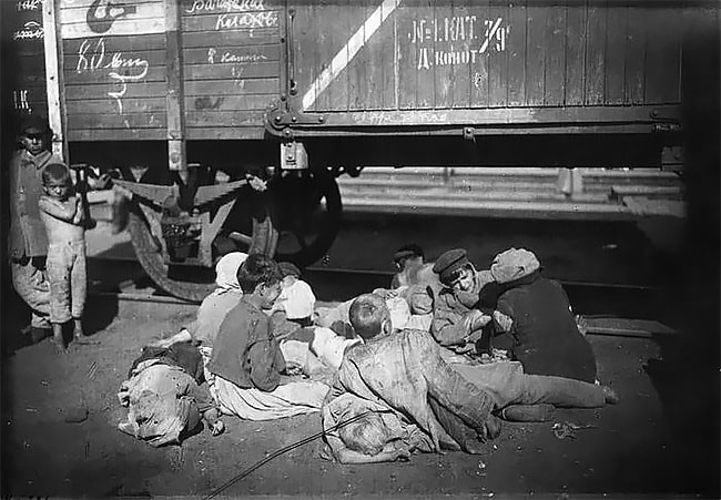 Беспризорники на Николаевском вокзале в Москве, 1920 год беспризорники, гражданская война, дети, история, редкие снимки, россия, сироты, фото