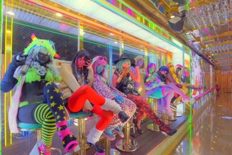 Мияко с раскрашенными подружками в одном из кафе Токио trend, идея, косплей, краска, мир, персонаж, тело, япония