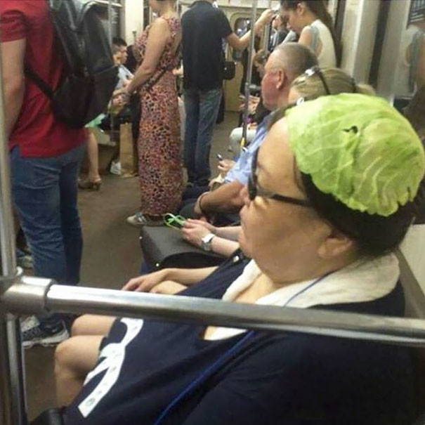 Капустный лист вместо шляпки  люди, метро, мир, подземка, прикол, фото, фрик, юмор