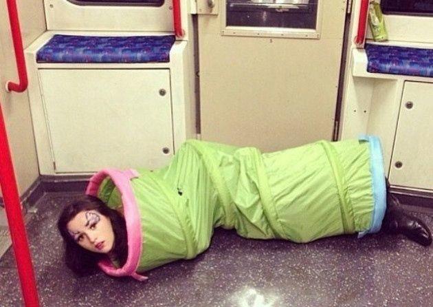 Из гусеницы в бабочку  люди, метро, мир, подземка, прикол, фото, фрик, юмор