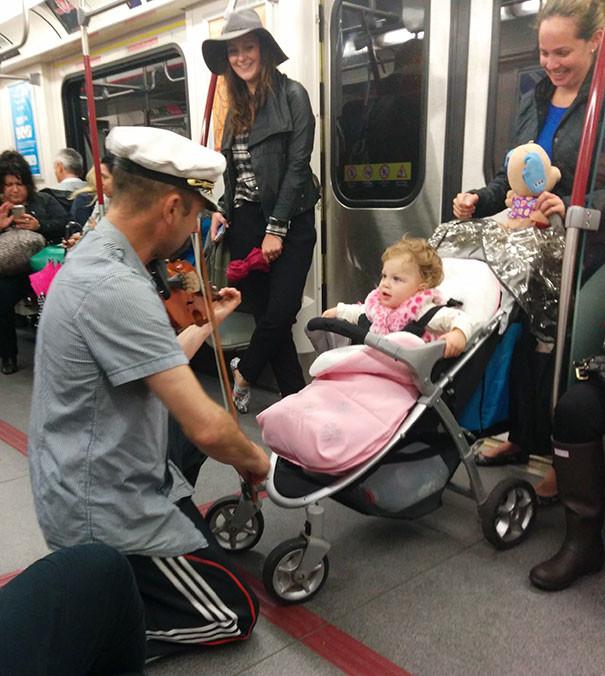 Мужчина сыграл на скрипке для малышки  люди, метро, мир, подземка, прикол, фото, фрик, юмор