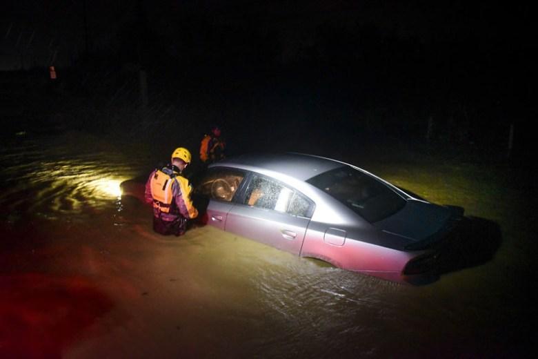 Спасатели обследуют затопленную машину в городе Фахардо, Пуэрто-Рико Центральная Америка, ирма, катастрофа, разрушения, стихийное бедствие, стихия, ураган, флорида