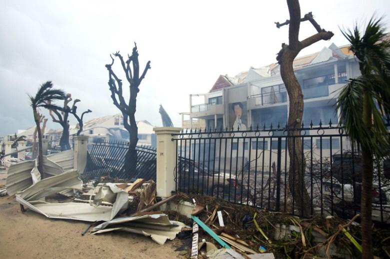 Пожар в разрушенном ураганом здании на острове Сен-Мартен, в городе Мариго Центральная Америка, ирма, катастрофа, разрушения, стихийное бедствие, стихия, ураган, флорида