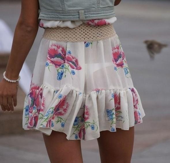 Есть подозрения, что женщины специально это надевают девушки, девушки в прозрачных платьях, на улице, одежда, просвечивающаяся одежда, просвечивающиеся платья, просвечивающиеся юбки
