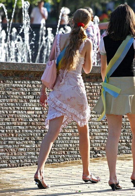 Девушки в прозрачных платьях улице