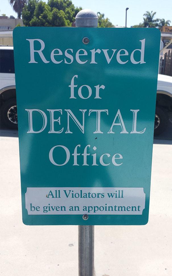 """""""Парковка для посетителей стоматологической клиники. Все нарушители будут записаны к стоматологу"""" врачи, дантисты, забавно, зубной врач, приколы, стоматологи, фото, юмор"""