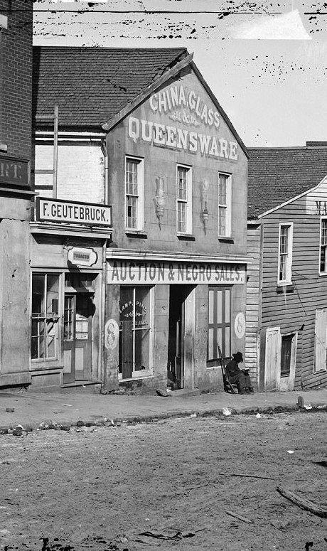 """Здание с вывеской """"Аукцион и продажа негров"""", Атланта, 1864 год  аукцион, история, продажа, прошлое, раб, сша, фотография"""
