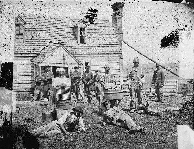 Бывшие рабы на территории, контролируемой армией Союза во время Гражданской войны, Йорктаун, Вирджиния, 1861 год  аукцион, история, продажа, прошлое, раб, сша, фотография