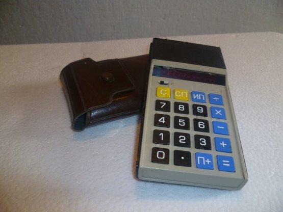 Когда ребёнок шёл в школу и уже умел самостоятельно складывать и вычитать - ему иногда давали подержать и посмотреть вот такой калькулятор: СССР, история, сделай сам