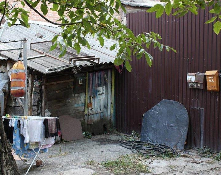 Как будто этот хлам специально накидали во дворе Города России, всё тлен, города, депрессняк, жильё, развалины, трущобы