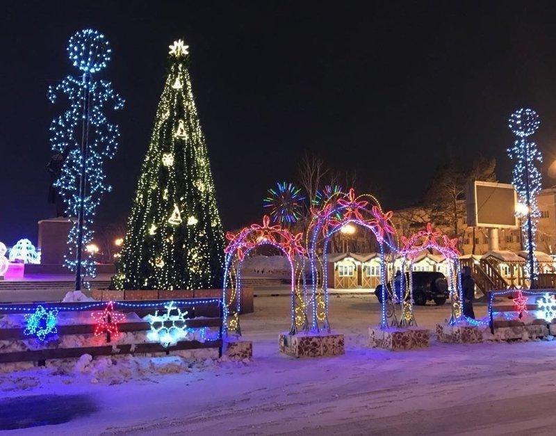 В Южно-Сахалинске заменили сгоревшую елку новой ynews, елка, новый год, пожар, праздник, сахалин