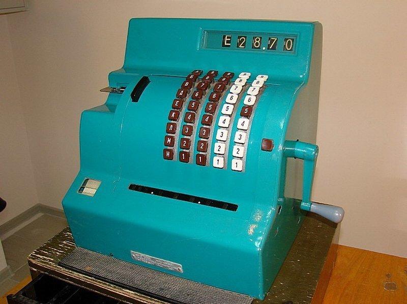 """Механический кассовый аппарат 1969 года выпуска под названием """"КИМ-2"""". Аппарат предназначен для работы в магазинах с секционной торговлей без самообслуживания. Вещи и механизмы, Приметы прошлого, СССР"""