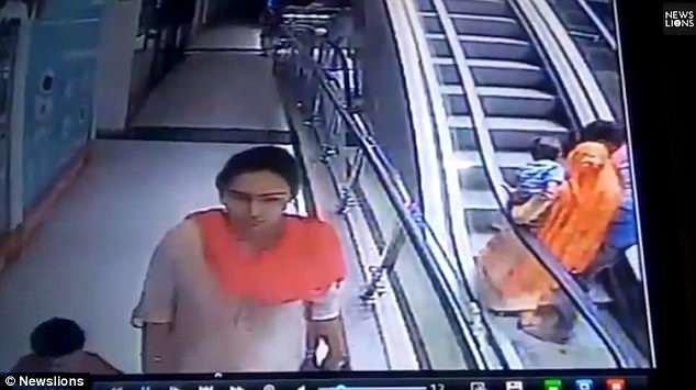На записи с камер видеонаблюдения торгового центра видно, что сначала семейная пара фотографируется на этаже, а затем поднимается наверх на эскалаторе. По данным очевидцев, мужчина попросил супругу сделать селфи. видео, несчастный случай, происшествия, ребенок, селфи, смерть, страшно
