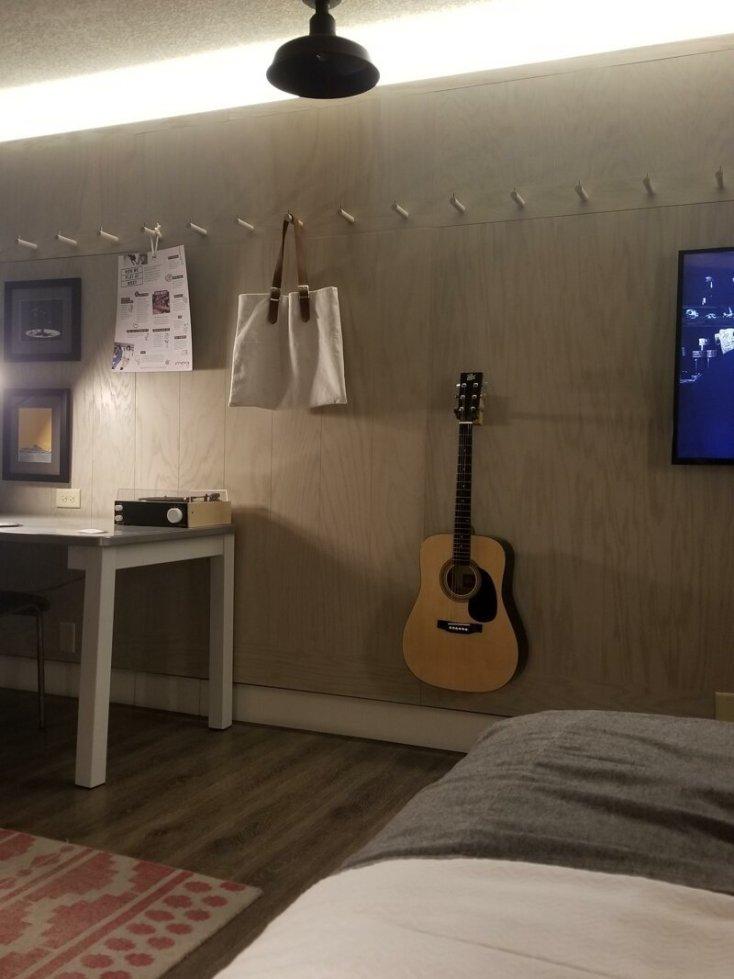 В своем гостиничном номере обнаружил гитару, и она настроена! Просто круто!