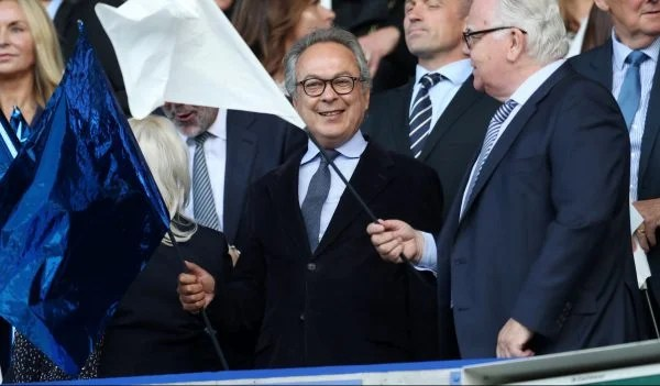 Everton owner Farhad Moshiri waves a flag e1575892882954