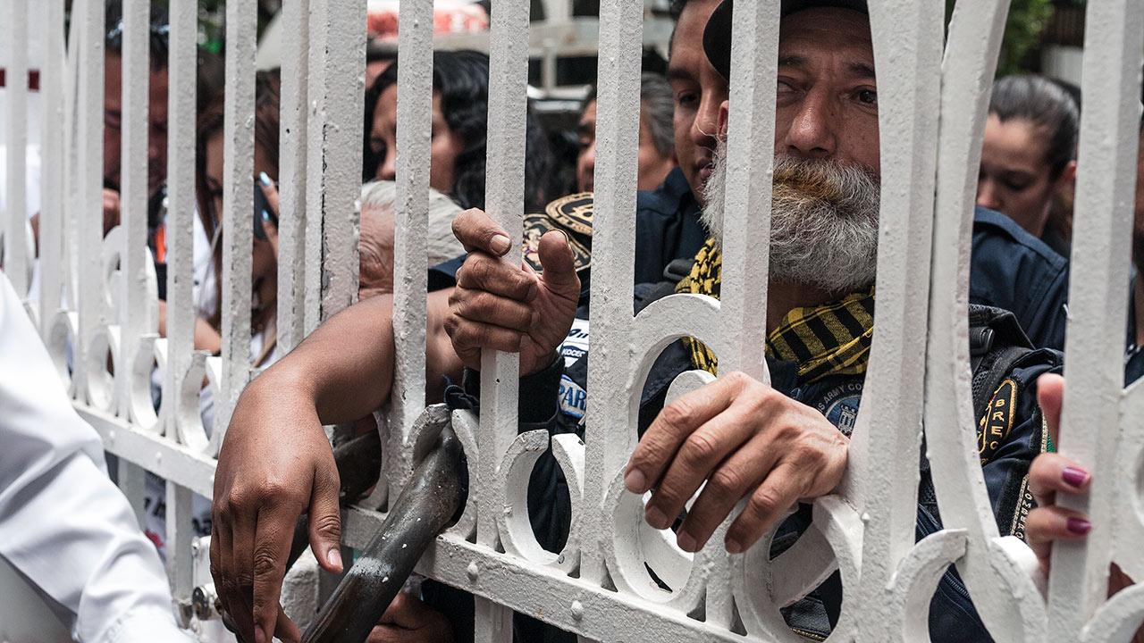 El exrescatista no se separa de la reja ni un instante, a la espera de AMLO. Foto: Angélica Escobar/Forbes México.