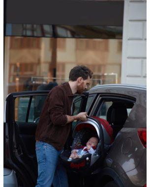 papá con su hijo en el choche, gadget