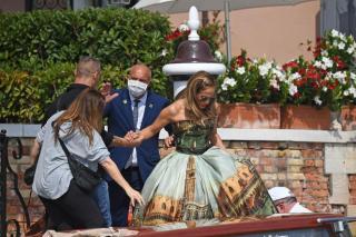 Jennifer Lopez in the Venetian gondola!