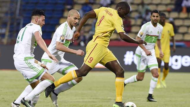 Zimbabwe's forward Nyasha Mushweki (R) advances with the ball past Algeria's defender Rami Bensebaini and Algeria's midfielder Adlene Guedioura (C) during the 2017 Africa Cup of Nations group B football match between Algeria and Zimbabwe in Franceville on January 15, 2017.  KHALED DESOUKI / AFP