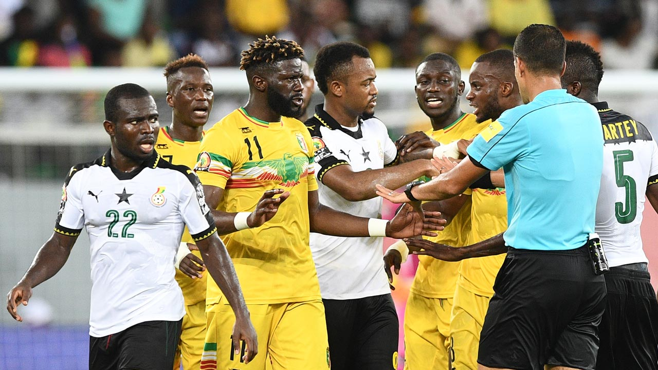 Algerian referee Mehdi Abid Charef (R) tries to disperse players as they argue during the 2017 Africa Cup of Nations group D football match between Ghana and Mali in Port-Gentil on January 21, 2017. Justin TALLIS / AFP