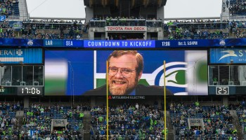 """""""他就是为什么我们在这里有足球"""":西雅图海鹰敬礼保罗·艾伦,后期车主加入到""""荣誉圆环"""""""