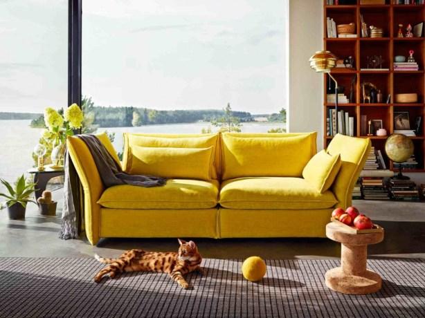 Sdraiarsi sul divano non è mai stato così lecito. I braccioli di questo sofà infatti si adattano a qualsiasi desiderio. Ma quando è il momento di conversare lo schienale è dritto, per una postura a tutto comfort. Mariposa di BarberOsgerby di Vitra