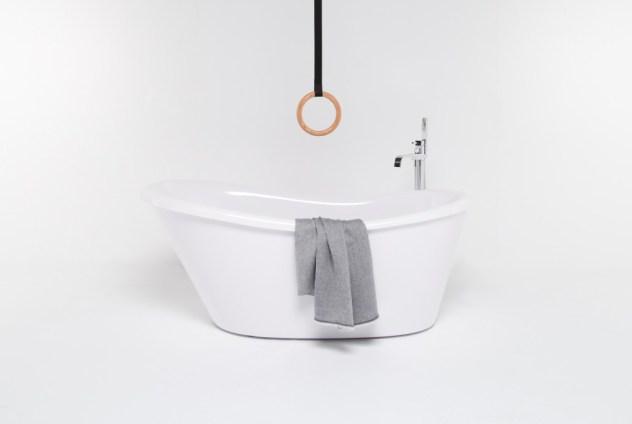 Un bagno pensato per chi ha problemi di deambulazione, sostegno ed equilibrio ma che ha anche stile. È bello quando il Design4All non sdegna l'estetica in nome della funzione. Ever di Thermomat, design Monica Graffeo).