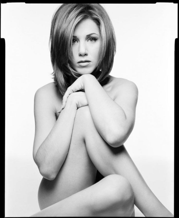 This is the portrait of Jennifer Aniston that the photographer Mark Seliger chose to auction off to benefit the fight against COVID-19
