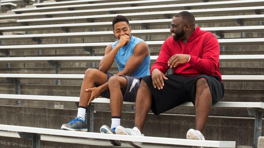 El entrenador pasa tiempo como mentor de un estudiante atleta.
