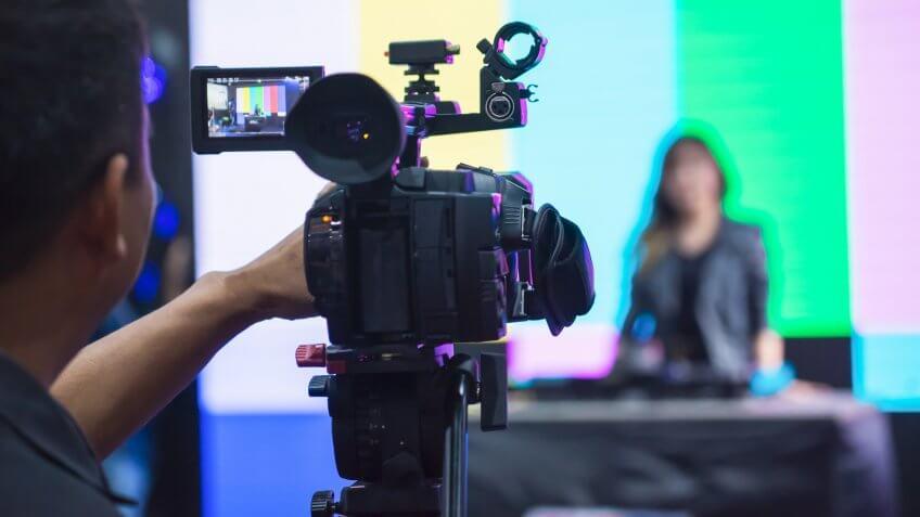 filmando una transmisión de noticias