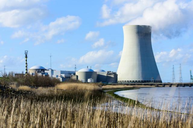 Centrale nucléaire de Doel, en Belgique © Bernd Arnaold / Greenpeace