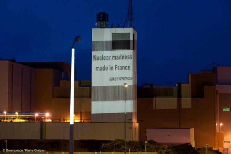 Projection sur un bâtiment de l'usine de retraitement de combustible nucléaire usé de la Hague, dans lequel était entreposé du MOX.